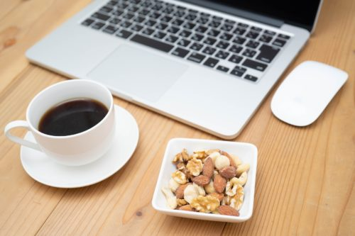 ミックスナッツとコーヒーとPC